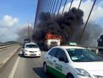 [VIDEO] Lửa thiêu rụi đầu xe container trên cầu Bãi Cháy