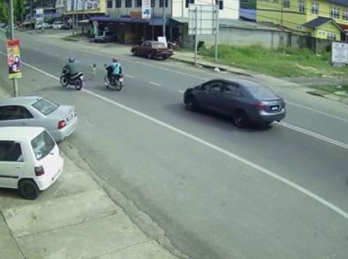 [VIDEO] Bé 3 tuổi sang đường một mình vô cùng nguy hiểm