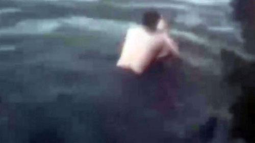 Vợ nhảy xuống hồ tự tử vì chồng không cho mua túi xách