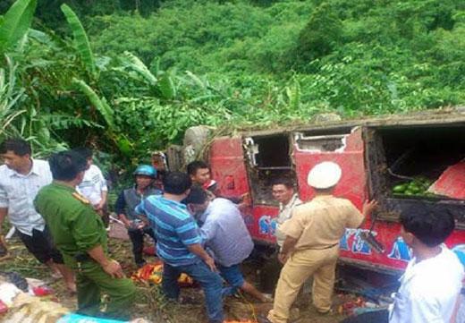 Xe khách chở 45 khách gặp nạn