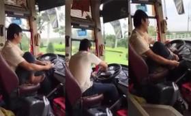 [VIDEO] Coi thường tính mạng hành khách, tài xế vừa lái xe vừa xỏ giầy