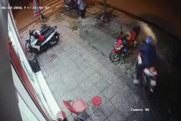 [VIDEO] Dàn cảnh bất thành, hai tên cướp bị dân đuổi đánh