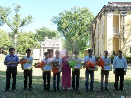 Các nghệ nhân trẻ địa phương nhận bằng về việc đã qua khóa đào tạo bảo tồn nguyên vẹn