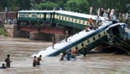 Pakistan: Tàu hỏa rơi xuống kênh, 12 người thiệt mạng
