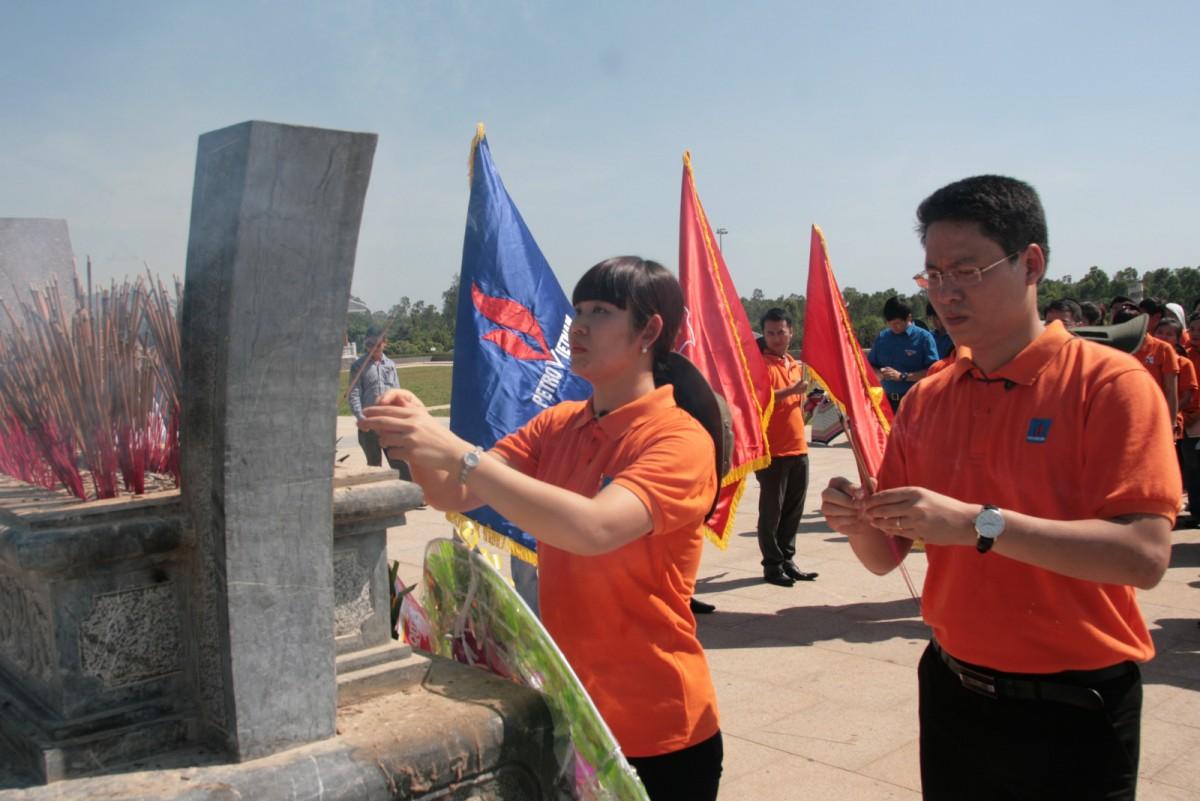 Đoàn Thanh niên PVN dâng hương tại Tượng đài Mẹ Việt Nam Anh hùng