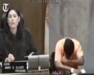 [VIDEO] Nữ thẩm phán gặp lại người bạn thời thơ ấu trước vành móng ngựa