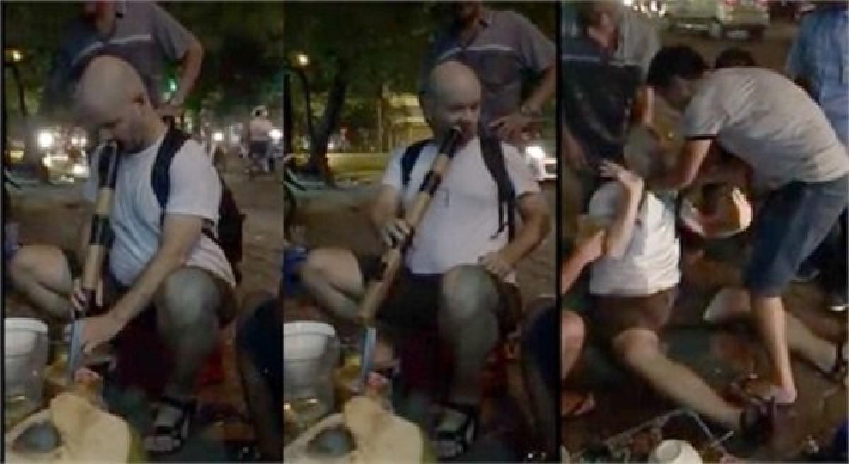 [VIDEO] Thanh niên Mỹ say thuốc lào, ngã sõng soài ở Hà Nội