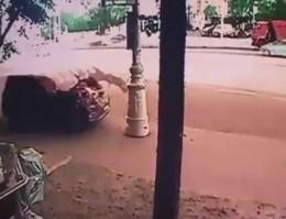 [VIDEO] Tông bay 2 người, tài xế xuống kiểm tra xe hư hại