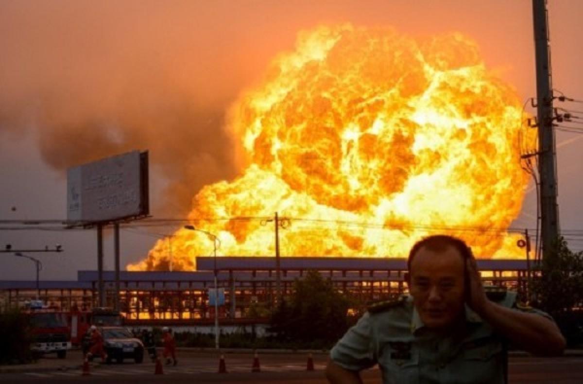 """[VIDEO] Nổ như """"bom nguyên tử"""" tại nhà máy hóa dầu Trung Quốc"""