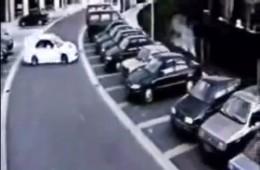 [Video] Pha đánh lái ngoạn mục vào bãi đậu xe qua mặt cảnh sát