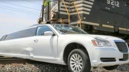 [VIDEO] Xe siêu sang limousine bị tàu hỏa ủn đi hàng trăm mét