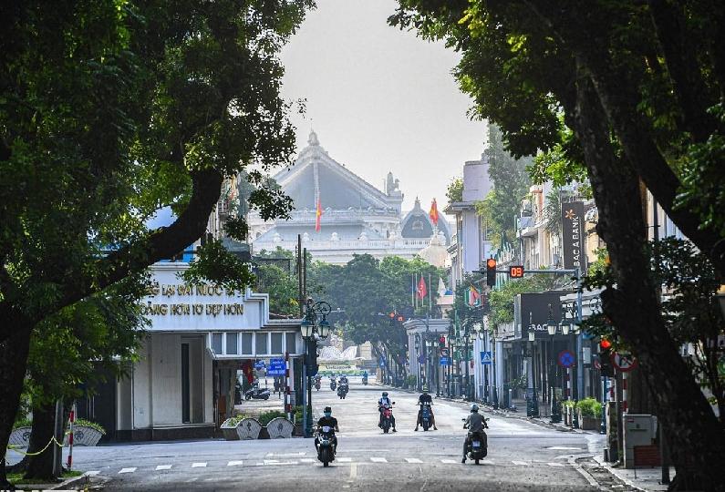 Hà Nội ngày đầu thực hiện Chỉ thị 16: Đường phố vắng, chợ dân sinh đông đúc