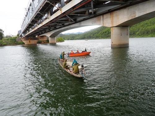 Một nam thanh niên đi xe máy trên cầu đường sắt rơi xuống sông mất tích