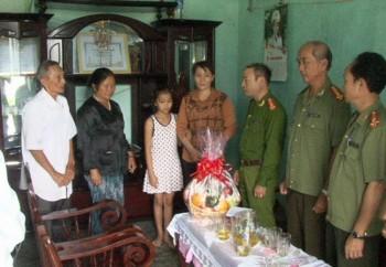 Công an tỉnh Đắk Lắk thăm gia đình công an xã thương binh, liệt sĩ