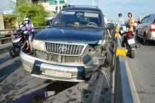 Ô tô nổ lốp trên cầu vượt, nhiều người hốt hoảng