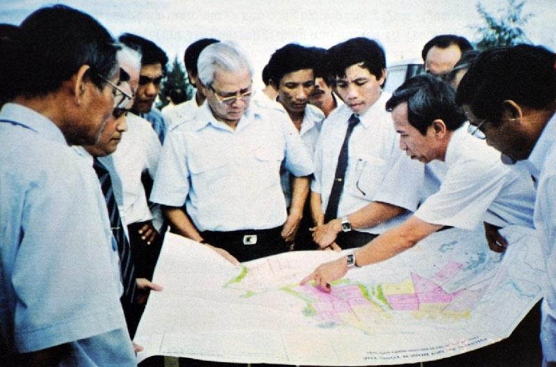 Thủ tướng Võ Văn Kiệt khảo sát vị trí xây dựng NMLD số 1 tại Dung Quất (ảnh tư liệu BSR)
