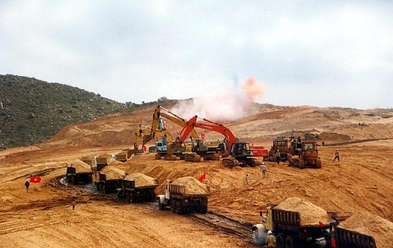 San lấp mặt bằng để xây dựng NMLD Dung Quất (ảnh tư liệu BSR)
