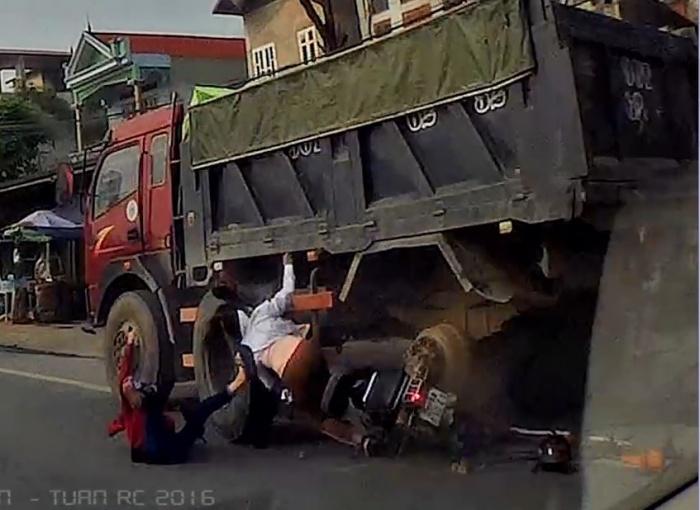 video xe may vuot au lao vao xe tai