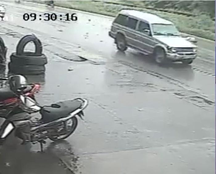video qua duong khong quan sat bi oto huc xe bon can qua nguoi