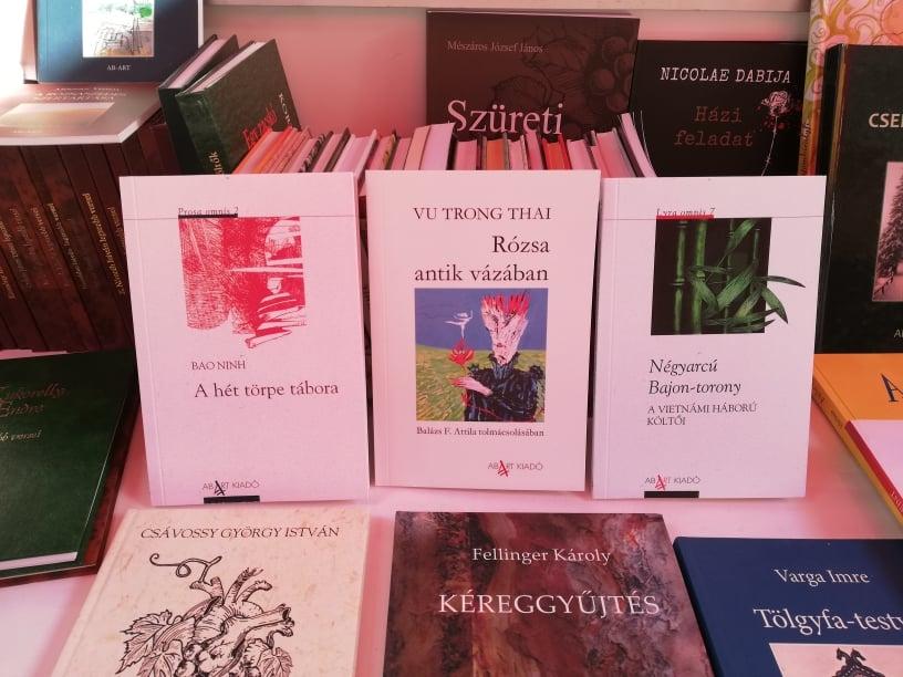 """Tập thơ Việt Nam """"Bông hồng và chiếc bình cổ"""" xuất bản tại Hungary"""