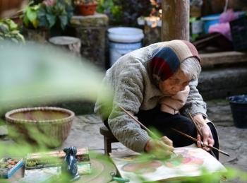 Xem tranh của nữ nghệ sĩ tuổi gần 90