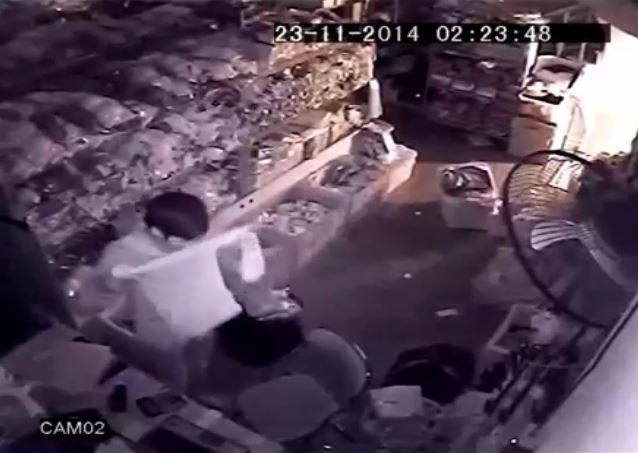 [VIDEO] Tên trộm đứng trước camera để... bịt mặt