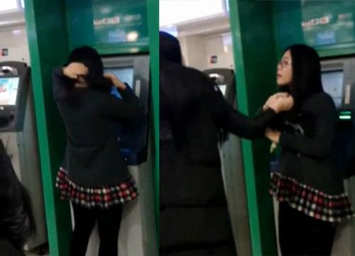 """[VIDEO] Thiếu nữ """"no đòn"""" vì mải làm điệu bên cột ATM"""