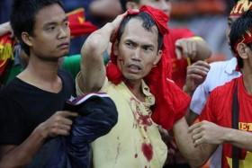 [VIDEO] CĐV Malaysia tràn qua khán đài đánh CĐV Việt Nam
