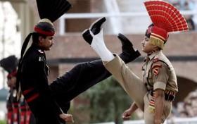 [VIDEO] Nghi thức đóng cửa khẩu kỳ lạ ở biên giới Ấn Độ - Pakistan