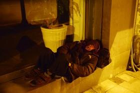 [VIDEO] Hà Nội: Người lang thang chống chọi với đêm lạnh mùa đông