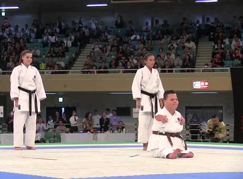 Cảm động màn biểu diễn karate của cậu bé khuyết tật