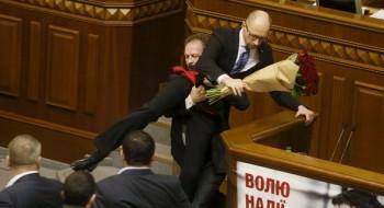"""Tổng thống, Thủ tướng Ukraine """"huynh đệ tương tàn""""?"""