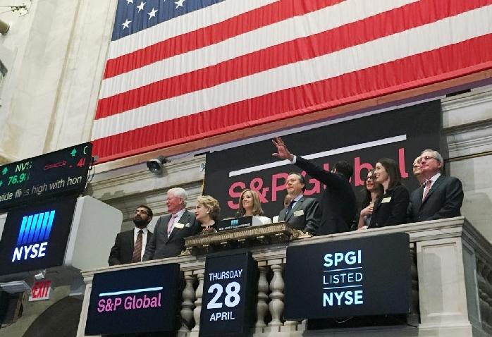 """""""Hôn nhân vàng"""" S&P Global - IHS Markit"""