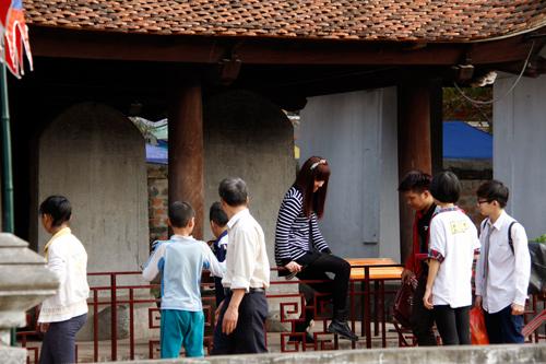 Ý thức kém của nhiều người đi thăm Văn Miếu