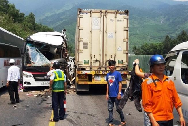 xe khach dam vao container khi qua ham hai van