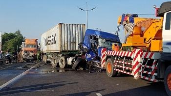 xe container dam vao xe dang dung sua chua mot nguoi tu vong