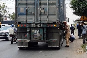 nguoi dan ong bi xe container can qua nguoi tu vong