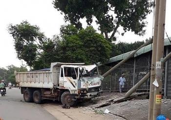 Xe tải đâm gãy cột điện, nhiều người thoát nạn