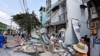 Xe container đâm sập 3 ngôi nhà, tài xế may mắn thoát chết