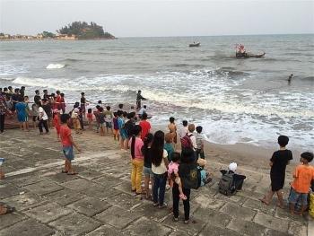 Nghệ An: Một học sinh bị sóng biển cuốn mất tích