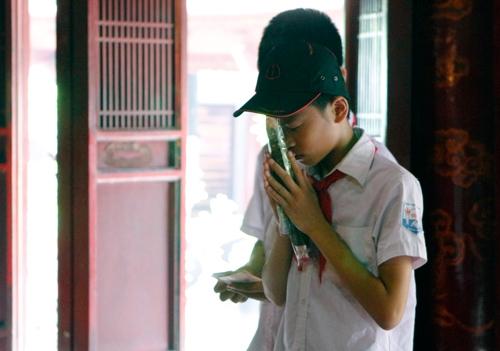 Sĩ tử tới Văn Miếu cầu may trước kì thi tốt nghiệp