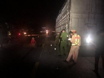 Dừng đỗ để sửa chữa, xe tải vô tình gây tai nạn trong đêm