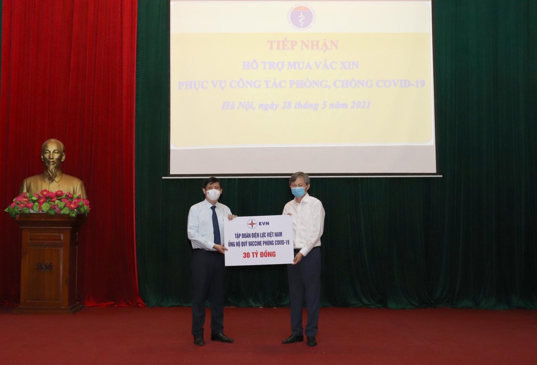 Tổng giám đốc EVN Trần Đình Nhân trao ủng hộ 30 tỉ cho Quỹ vắc xin phòng Covid-19