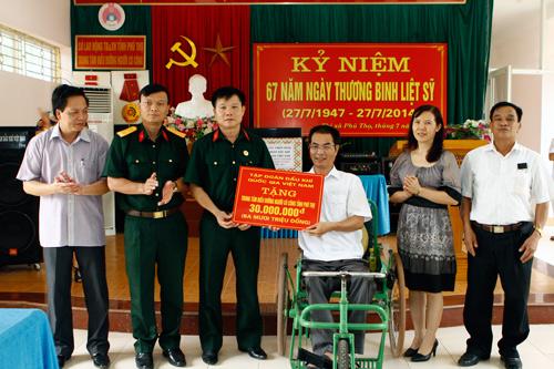 Hội CCB Tập đoàn Dầu khí Việt Nam trao quà cho những người có công tỉnh Phú Thọ