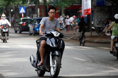 """""""Nam thanh nữ tú"""" Hà Nội vẫn tiếp tục """"đầu trần"""" dạo phố"""