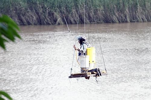 Hà Nội: Lơ lửng qua sông Hồng với cáp treo tự chế