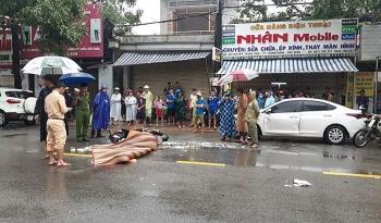 Ngã ra đường sau khi đâm vào cửa ô tô đang mở, người phụ nữ tử vong thương tâm