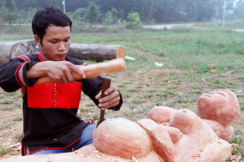 Chiêm ngưỡng tài điêu khắc gỗ của đồng bào Tây Nguyên