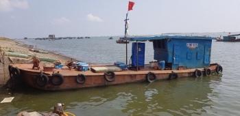 Bắt 2 tàu bán dầu trái phép trên biển