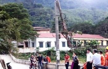 Thanh Hóa: Xe tải đâm gãy cột điện khiến hai huyện mất điện